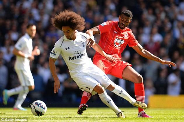 Бенуа Ассу-Экотто против Гули до Прадо в матче  Тоттенхэм - Саутгемптон 1:0