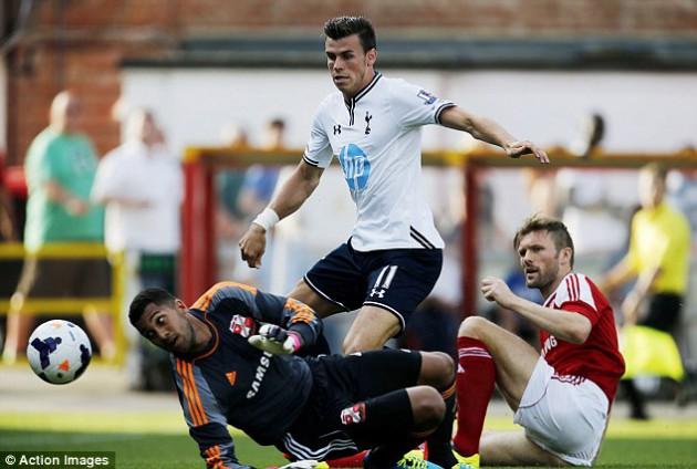 Гарет Бэйл в матче Суиндон Таун - Тоттенхэм Хотспур 1-1