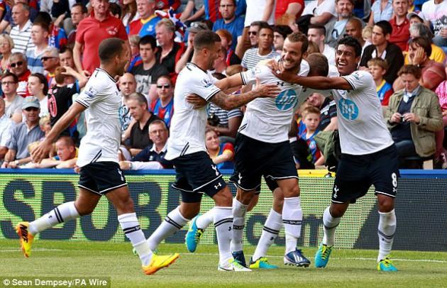 Роберто Сольдадо получает поздравления с голом, забитым в матче Кристал Пэлас - Тоттенхэм Хотспур 0:1