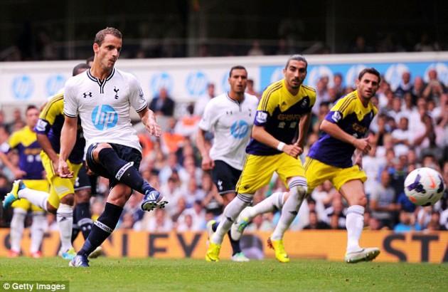 Роберто Сольдадо забивает пенальти в матче Тоттенхэм Хотспур - Суонси Сити 1-0