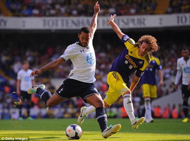 Мусса Дембеле бьёт по воротам соперника во встрече Тоттенхэм Хотспур - Суонси Сити 1-0
