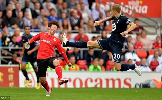 Майкл Доусон vs Ким Бо Гён в игре Кардифф Сити - Тоттенхэм Хотспур 0:1