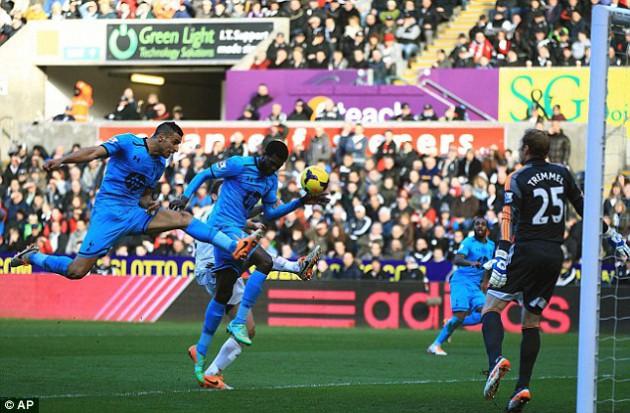 Эммануэль Адебайор открывает счёт в матче Суонси Сити - Тоттенхэм 1:3