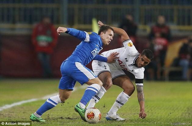 Евген Коноплянка против Кайла Нотона в матче Днепр - Тоттенхэм 1:0
