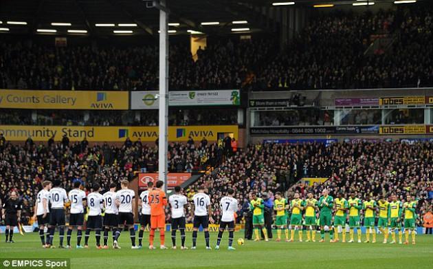 Минута аплодисментов в память о Томе Финни перед матчем Норвич Сити - Тоттенхэм 1:0