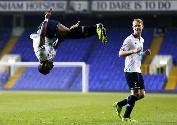 Сулейман Кулибали празднует свой гол в матче  Тоттенхэм (мол) - Арсенал (мол) 2:0 U21 Premier League 2013/14