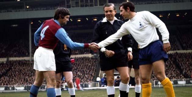 Рукопожатие капитанов команд перед финалом Кубка Лиги 1971: Брайан Годфри (Астон Вилла) и Алан Маллери (Тоттенхэм Хотспур)