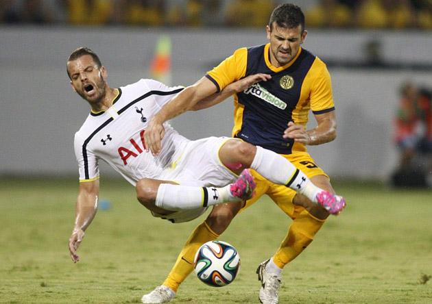 Роберто Сольдадо сравнял счёт в игре АЕЛ - Тоттенхэм 1:2