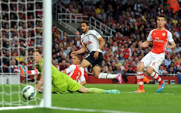 Насер Шадли открывает счёт в матче Арсенал - Тоттенхэм 1:1