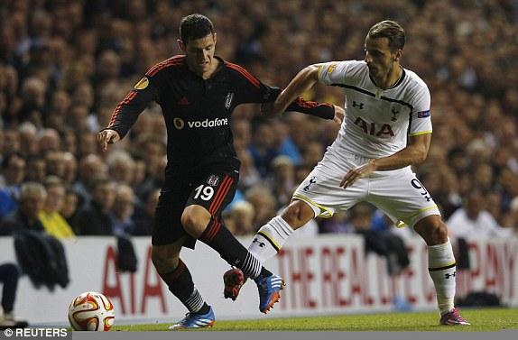 Роберто Сольдадо против Педро Франко в матче Тоттенхэм - Бешикташ 1:1