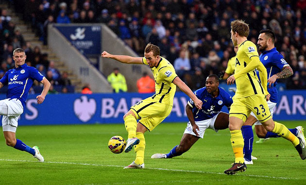 Харри Кэйн забивает гол на 1-й минута матча Лестер - Тоттенхэм 1:2