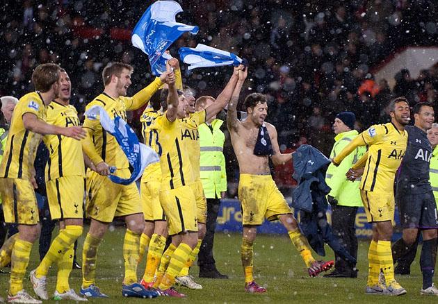 Игроки Тоттенхэм Хотспур празднуют свой выход в финал Кубка Лиги