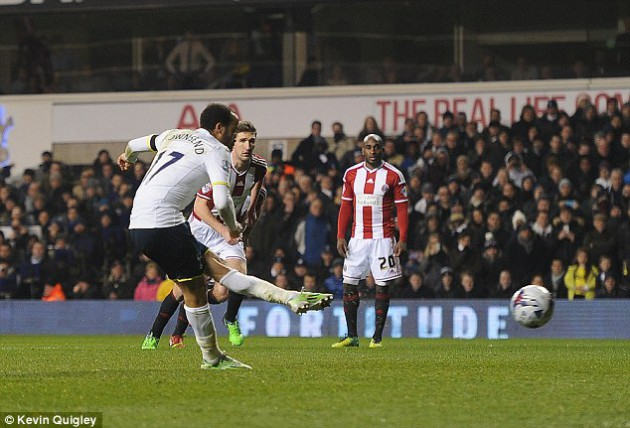 Андрос Таунсенд забивает пенальти в ворота Шеффилд Юнайтед