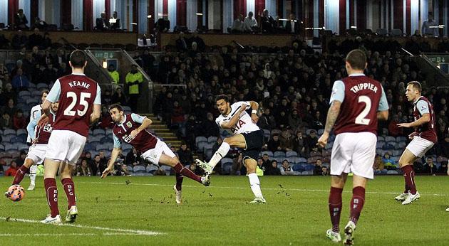 Насер Шадли забивает в матче Бернли - Тоттенхэм 1:1