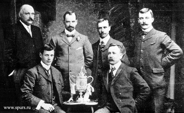 Правление Тоттенхэма с Кубок Англии 1901 (сидит слева - Джон Кэмерон)
