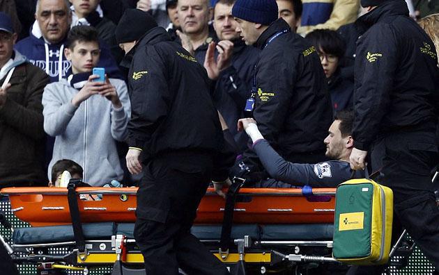 Юго Льорис покинул поле на носилках в самом дебюте игры с Лестер Сити