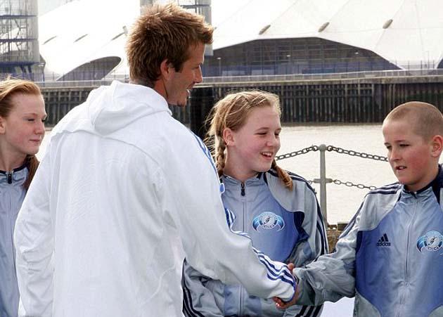 Дэвид Бекхэм жмёт руку Харри Кэйну в Чингфорде в 2005-м году