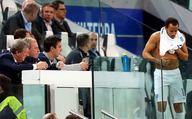 Андрос Таунсенд выходит на замену на 70-й минуте матча с Италией