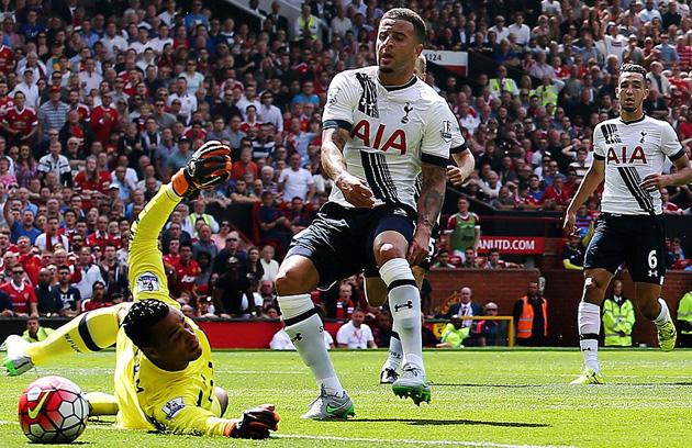 "Кайл Уокер срезает мяч в свои ворота в матче с ""Манчестер Юнайтед"""