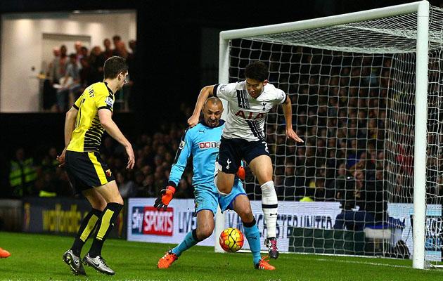 Сон Хын Мин забивает победный гол ударом пяткой по воротам Уотфорда