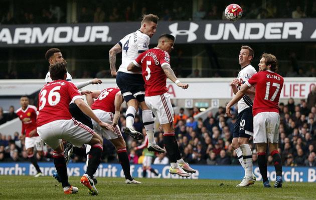 Тоби Алдервейрелд забивает головой в ворота Манчестер Юнайтед