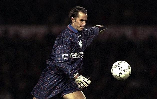 А вот английский голкипер Иан Уокер сначала в 1999-м году выиграл Кубок Лиги в составе Шпор (финал - против Лестера), а затем (в 2001-м) перешёл к Лисам.