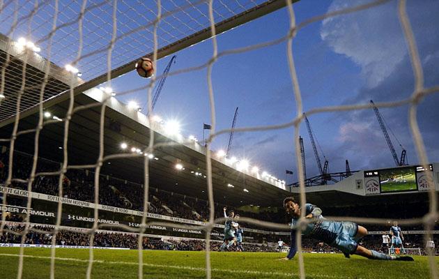 Мяч влетает в ворота Уиком Уондерерс на 97-й минуте матча с Тоттенхэмом