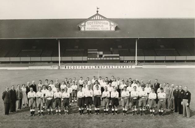 34 игрока и 67 членов штата Шпор на Уайт Харт Лэйн в чемпионском 1951-м году