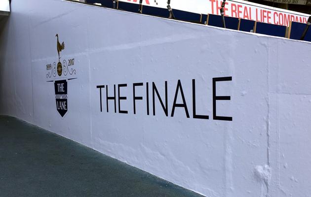Логотип прощального матча УХЛ на выходе из подтрибунных помещений