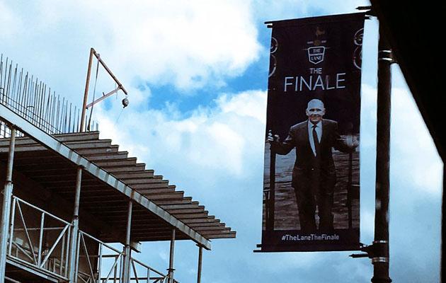 Логотип прощальной церемонии украшает улицы и за пределами стадиона