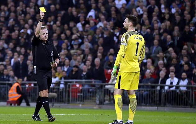 Джонатан Мосс показывает жёлтую карточку и ставит пенальти Юго Льорису за фол вне штрафной