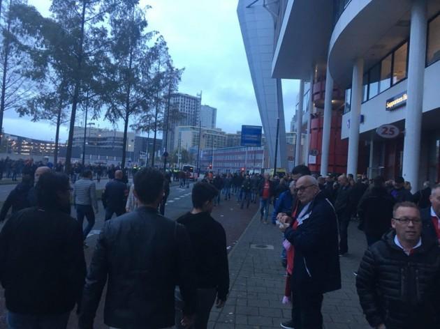 Перед заходом на стадион.