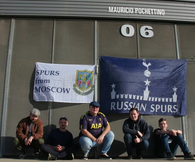 Русские Шпоры на стадионе Эспаньола у входа Маурисио Почеттино