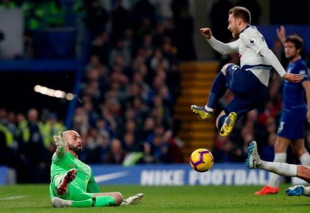 В последний момент, Педро снял мяч с ноги Эриксена