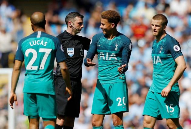 Деле пытается объсянить Оливеру, что была игра рукой, но арбитр третий раз за сезон не ставит пенальти в ворота соперника