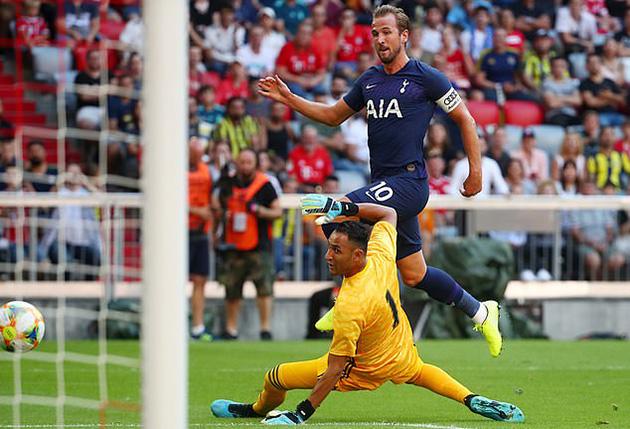 Харри Кэйн забивает победный мяч в матче с Реалом